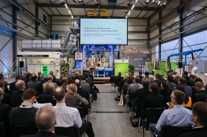 Rolf Trippler, Geschäftsführer Vertrieb der Hennecke GmbH & Co. KG, bei der Eröffnung der Vortragsreihe