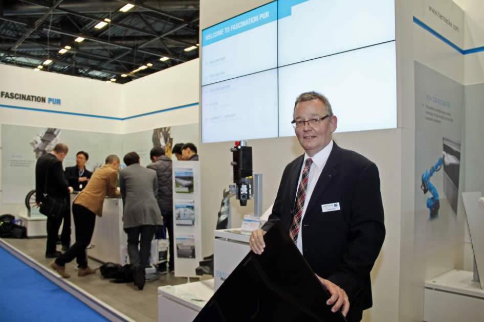 """Detef Höhn, Sales Manager CSM Spray Technology bei der Hennecke GmbH & Co. KG mit dem von Webasto hergestellten Dachmodul für den Jeep® """"Renegade"""""""