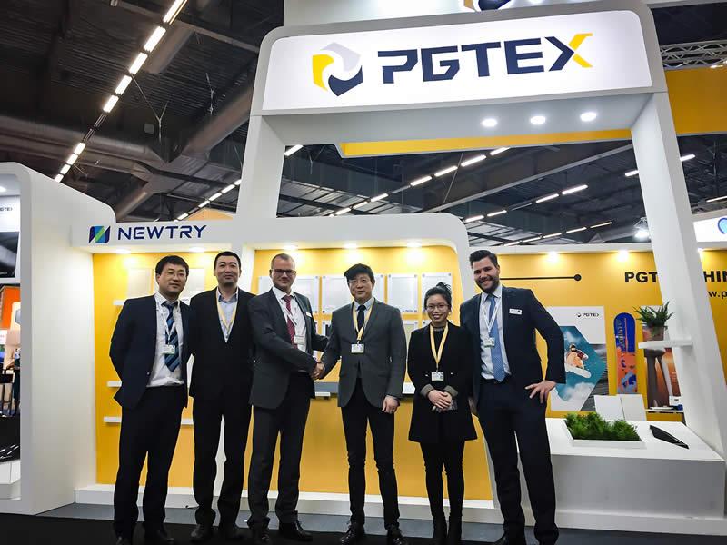 Grundstein für eine langfristige Partnerschaft zwischen PGTEX und Hennecke: Erfolgreiche Transaktion für eine kombinierte Produktionsanlage für Nasspress- und HP-RTM-Anwendungen auf der JEC in Paris.